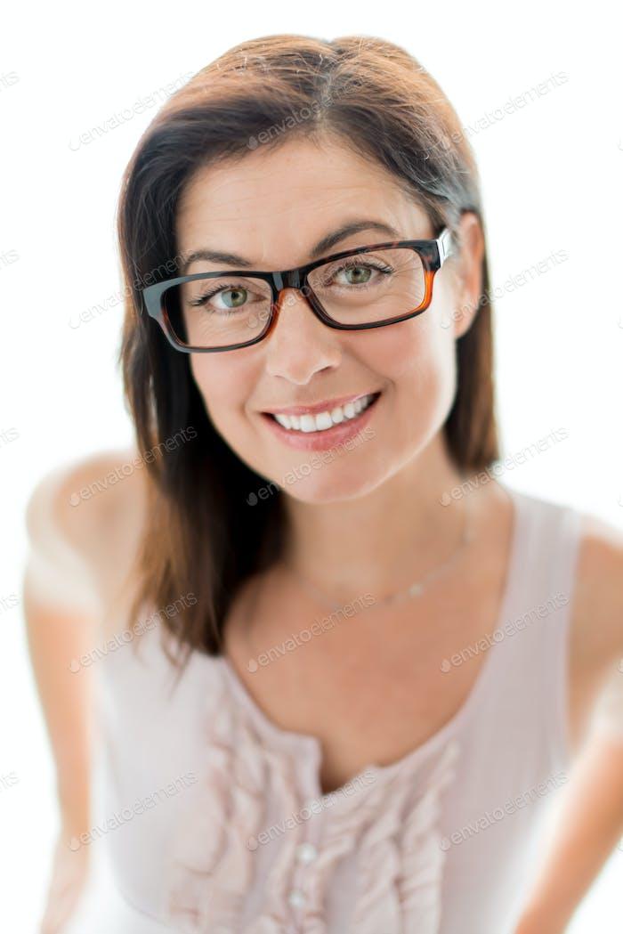 уверенная женщина носить стильные очки