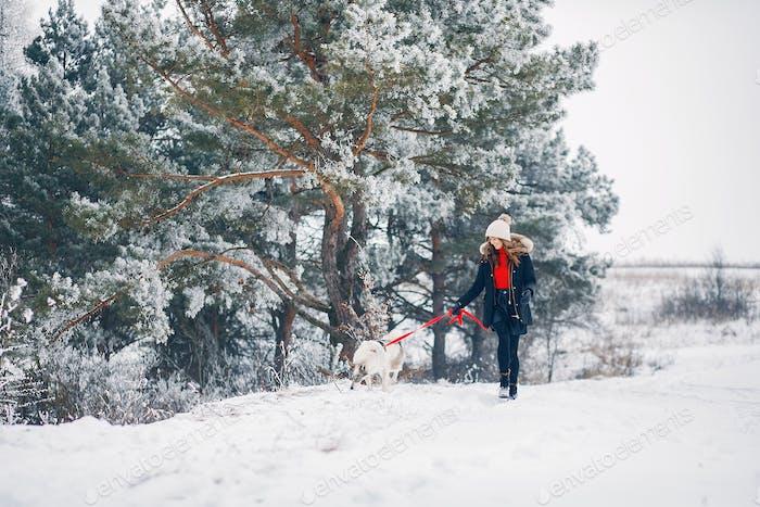 Schöne Frau spielen mit einem Hund