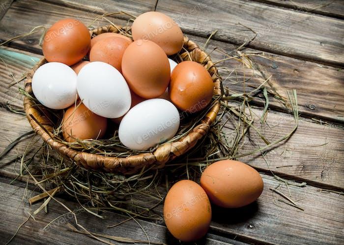 Huevos en una canasta.