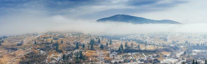 Bergdorf im Tal. Karpaten. Ukraine.  Europa
