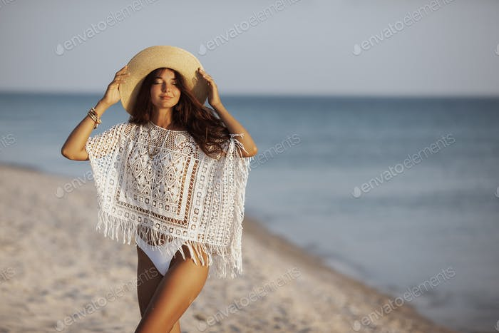 Frau ruht am Strand während des Urlaubs