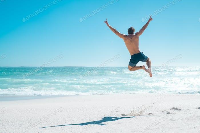 Springen in Freude für den Urlaub