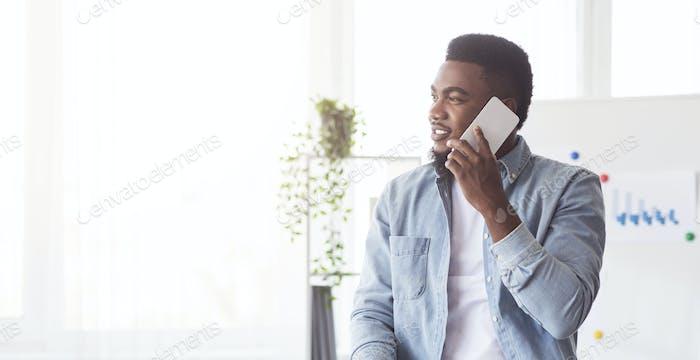 CEO afroamericano habla sobre el teléfono celular en la oficina