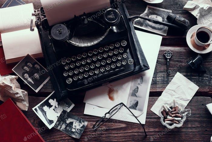 Retro Schreibmaschine auf einem Holztisch mit verschiedenen Vintage-Dingen