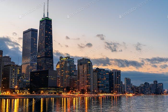 Chicago Cityscape river side at beautiful twilight time, Illinois, Estados Unidos da América, Estados Unidos da América