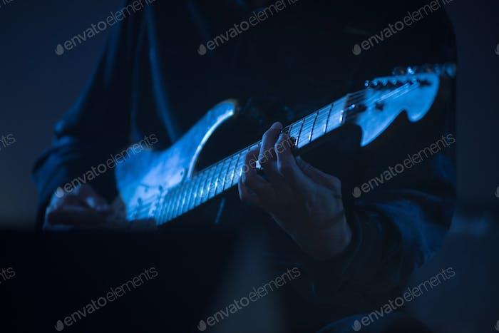 Gitarrist spielt Live-Musik auf der Bühne