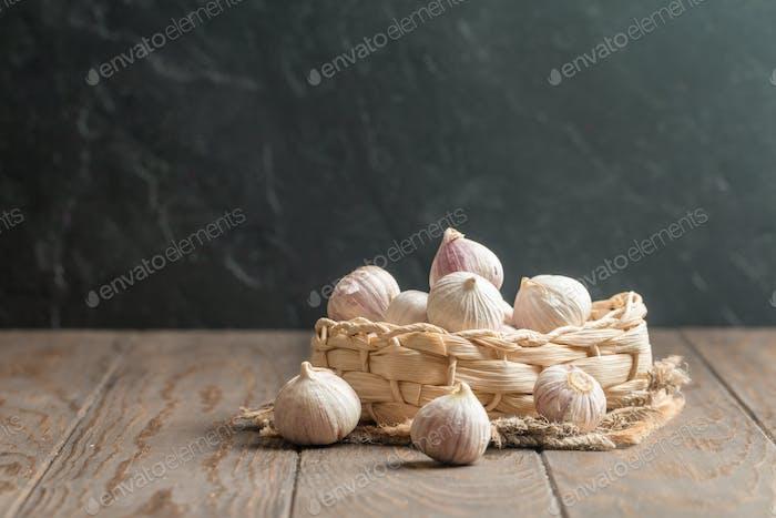 Ajo pequeño en una cesta