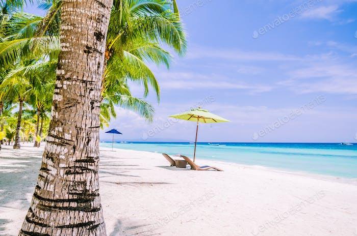 Tropischer Strand Hintergrund auf der Insel Panglao Bohol mit Liegestühlen am weißen Sandstrand mit