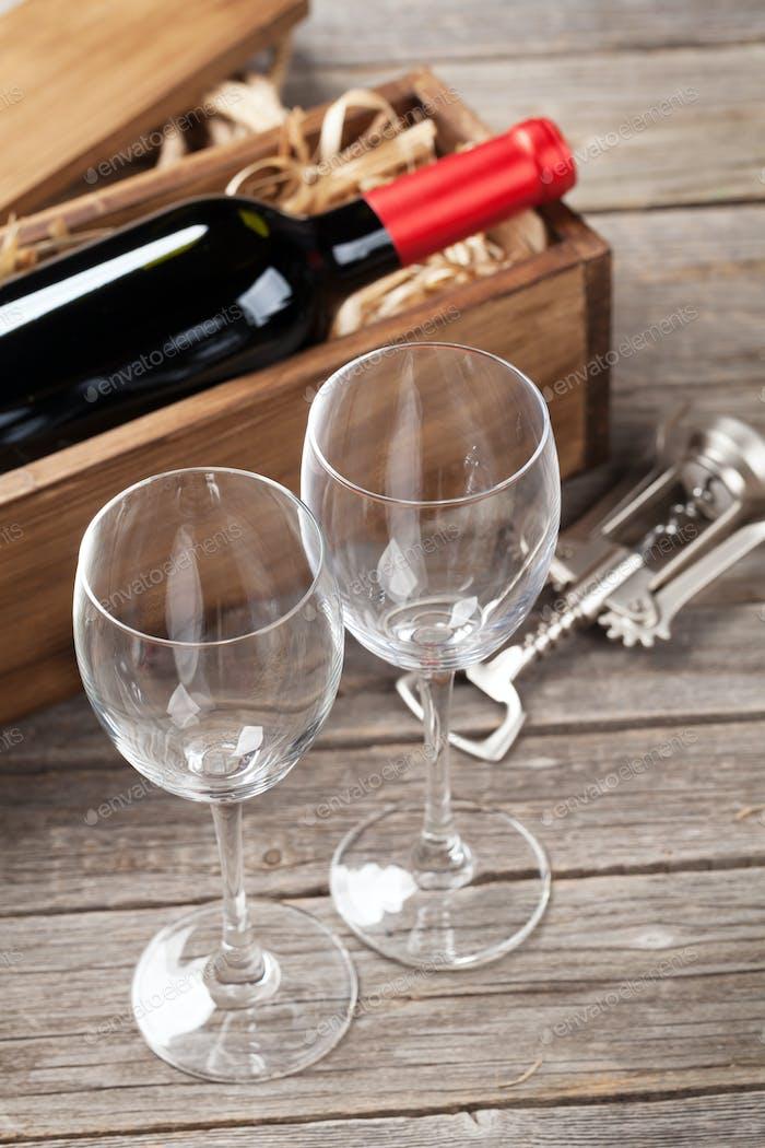 Rotweinflasche und Gläser