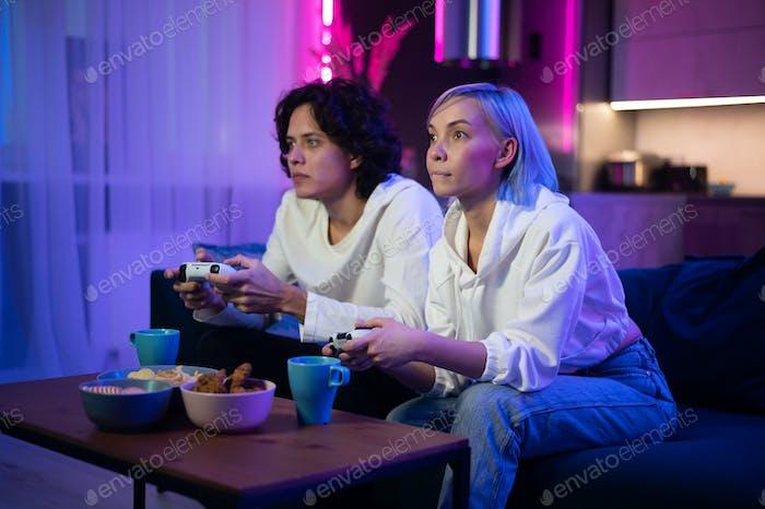 Foto de pareja joven jugando Vídeo juegos en casa por la noche