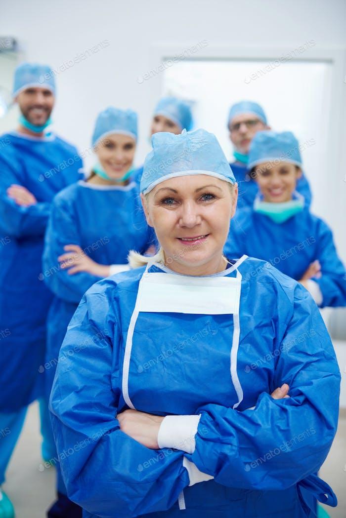 Reife Frau als Führer der Ärzte Team