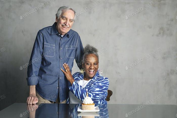 Viejos amigos celebrando un cumpleaños con pastel