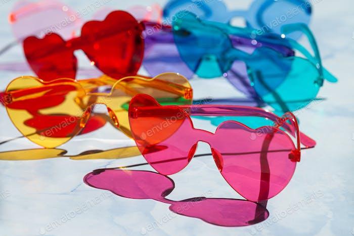 Bunte Sonnenbrillen in Herzformen