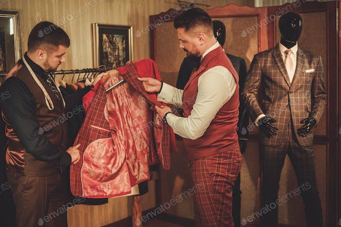 Индивидуальный измерительный клиент для пошива костюма на заказ.