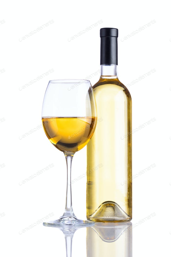 Flasche und Glas Weißwein auf weißem Hintergrund