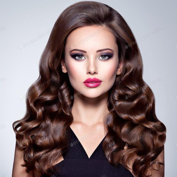 Schöne Frau mit langen lockigen Haaren