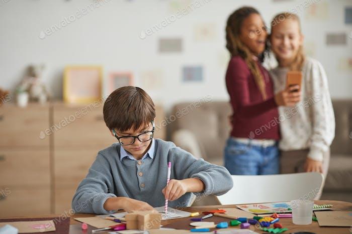 Boy im Kunst- und Handwerksunterricht