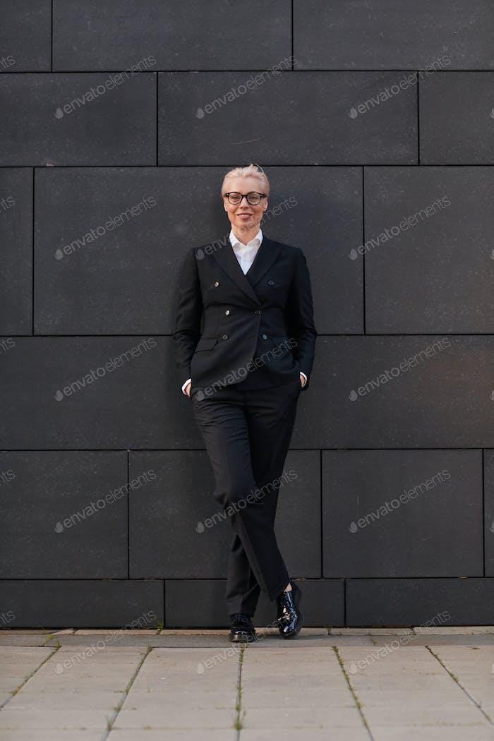 Mujer de negocios en traje elegante