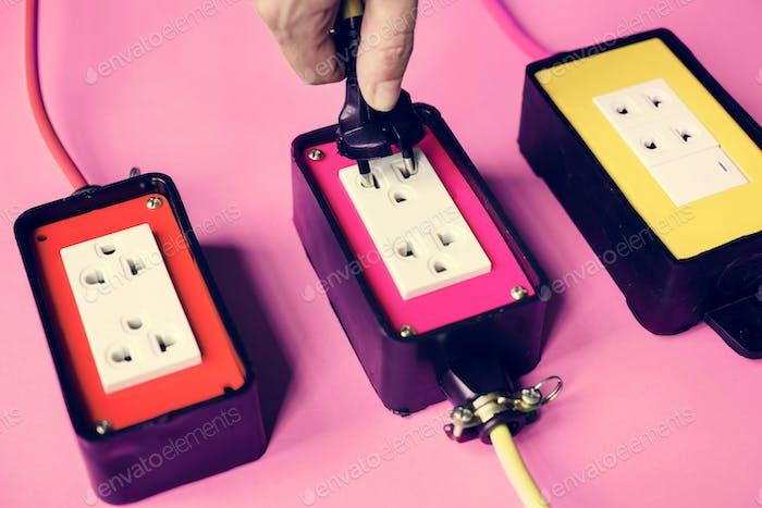 Hand halten Sie den elektrischen Stecker in die Steckdose