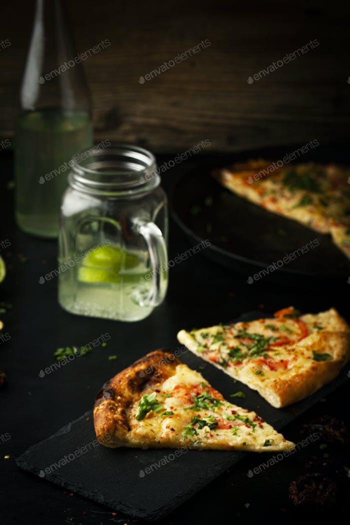 Köstliche Pizza Margherita mit Rucola und Basilikum