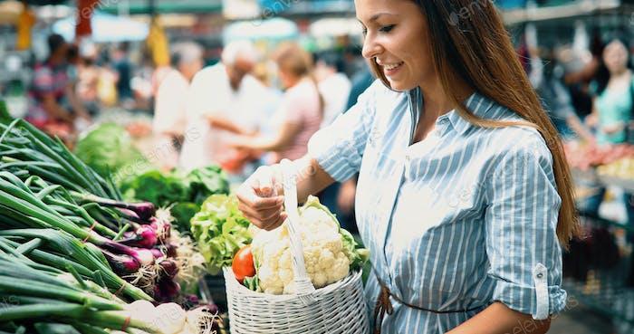 Bild von Frau auf dem Markt kaufen Früchte