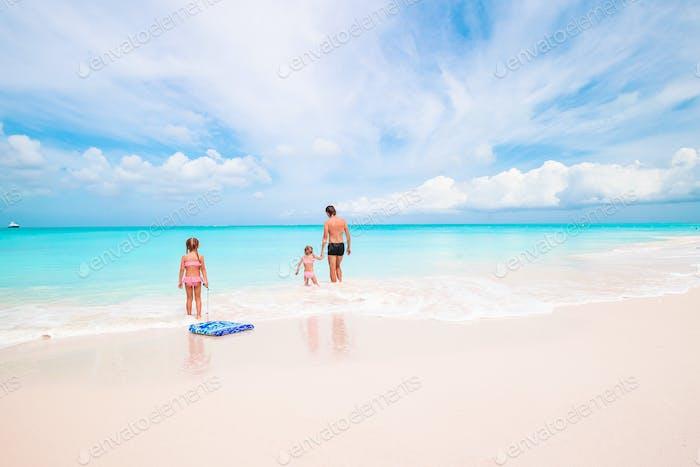 Glückliche schöne Familie an einem tropischen Strandurlaub
