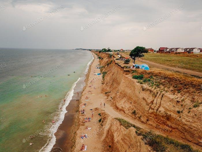 Люди отдыхают на диком пляже со своими семьями