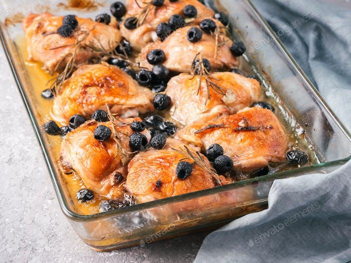 Korsische Hühnchenschenkel mit Rosmarin und schwarzen Oliven