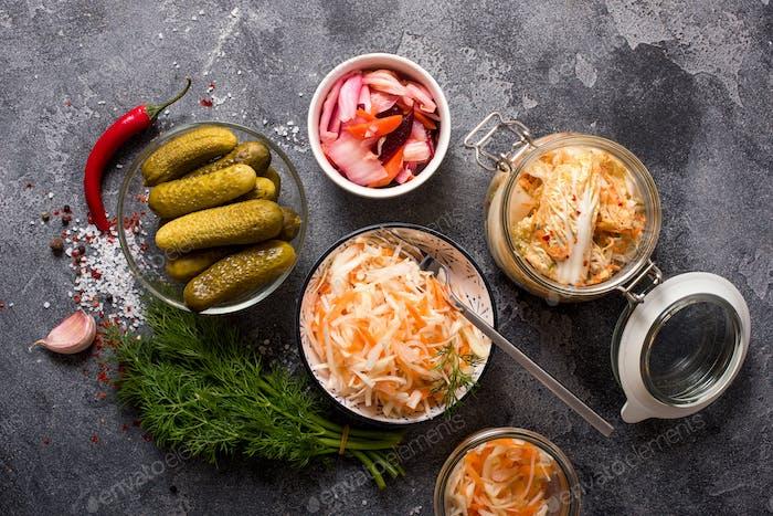 Fermentierter Kohl, fermentiertes Gemüse in Gläsern, Kimchi, Fermentationskonzept