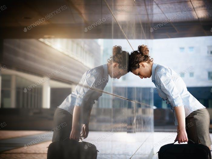 Triste Mujer de Negocios golpeando la cabeza contra pared