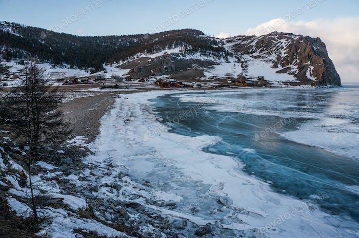 Vista panorámica del paisaje de las montañas de invierno, Rusia, Lago Baikal