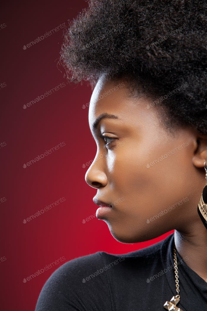 молодой черный красота с афро прическа