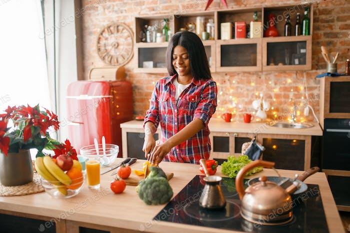 Schwarze Frau Kochen gesundes Frühstück auf Küche
