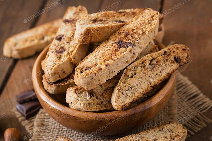 Italienische Biscotti Kekse mit Nüssen und Schokoladenstückchen