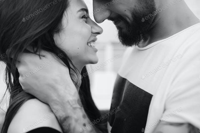 Mann und Frau schauen sich gegenseitig an