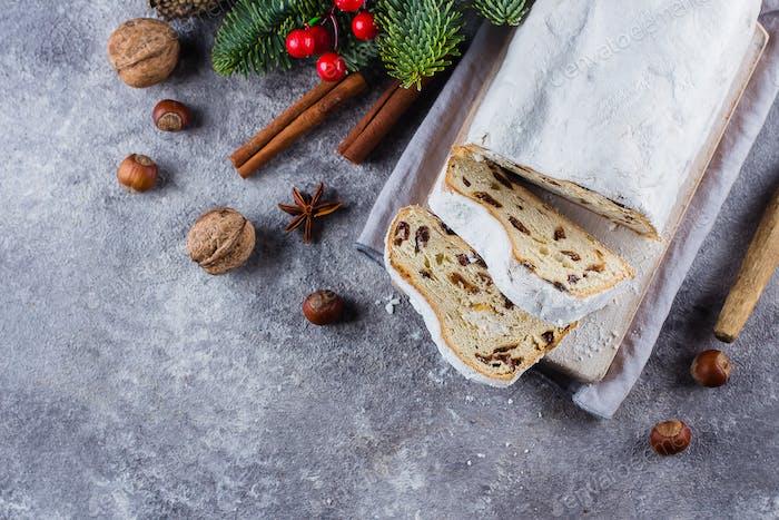Traditionelles Weihnachts-festliches Gebäck Dessert mit festlicher Dekoration. Weihnachtsstollen