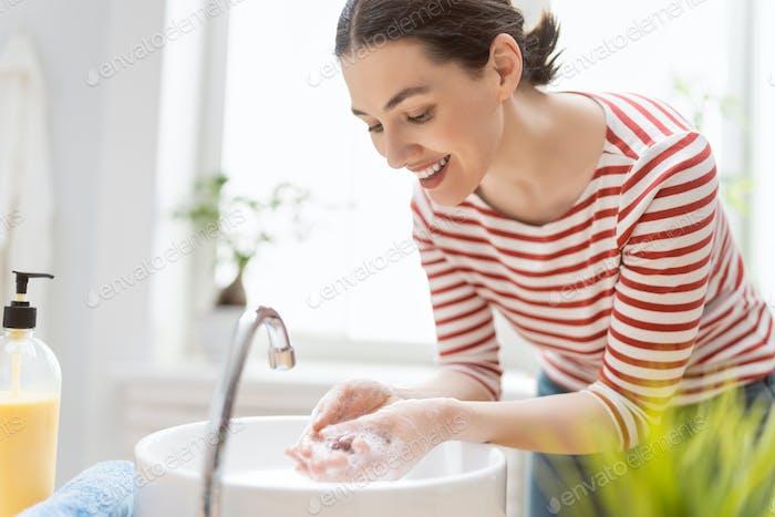 Person wäscht die Hände