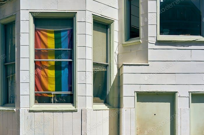 Regenbogen-Flagge im Fenster