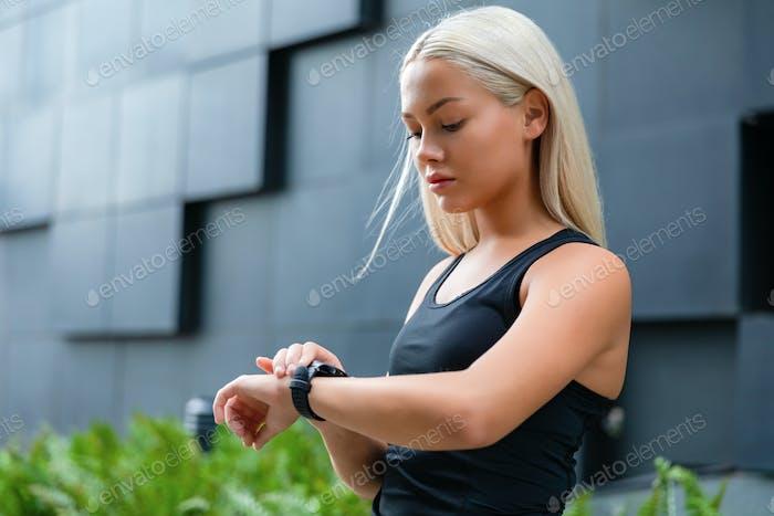 Frau überprüfen ihre Fitness-Smart-Watch-Gerät