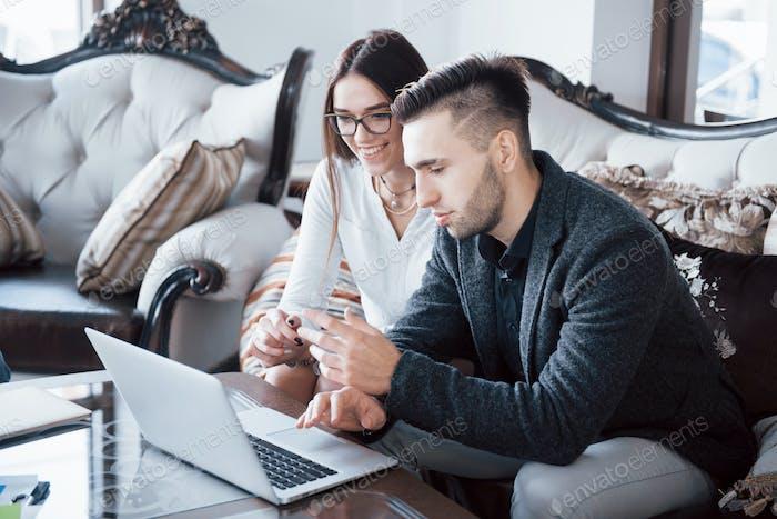 Bild von zwei erfolgreichen Geschäftspartnern, die am Meeting im Büro arbeiten