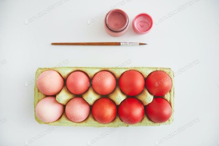 Delicados huevos de Pascua en blanco