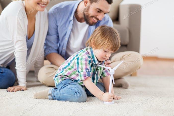 glückliche Familie spielen mit Spielzeug Windturbine