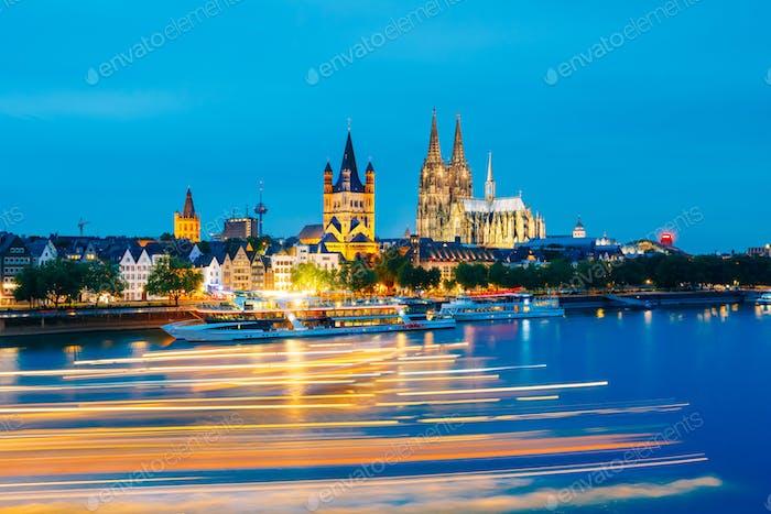 Große St. Martin Kirche Und Dom In Köln Am Abend Mit Refle