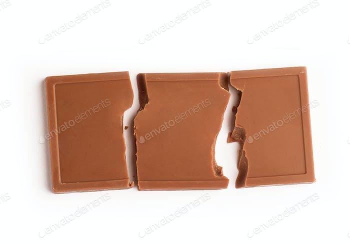 Milchschokoladenriegel auf weißem Hintergrund