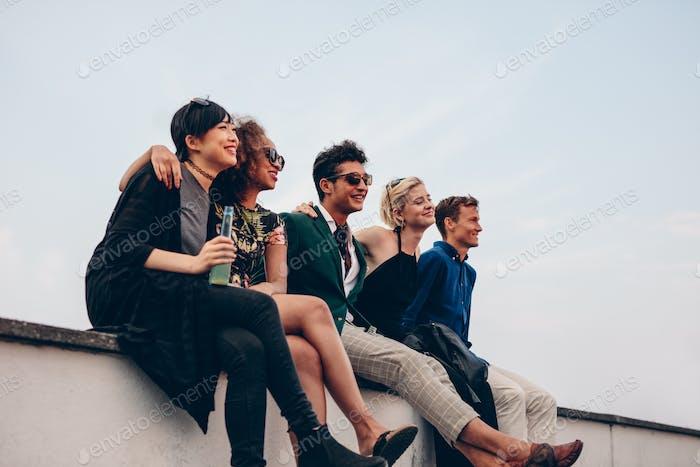 Multiethnische Freunde entspannen auf der Terrasse