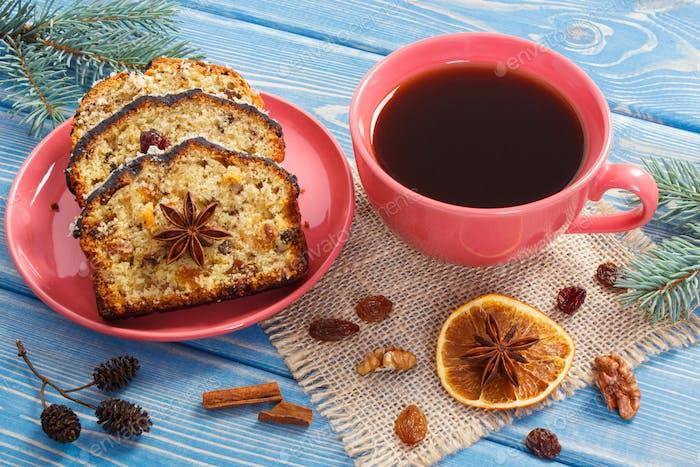 Tasse Kaffee, frisch gebackener Obstkuchen für Weihnachten und Fichtenzweige
