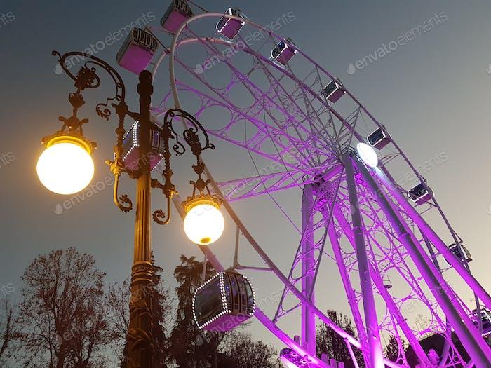 La Gran Rueda de Granada iluminada por la noche