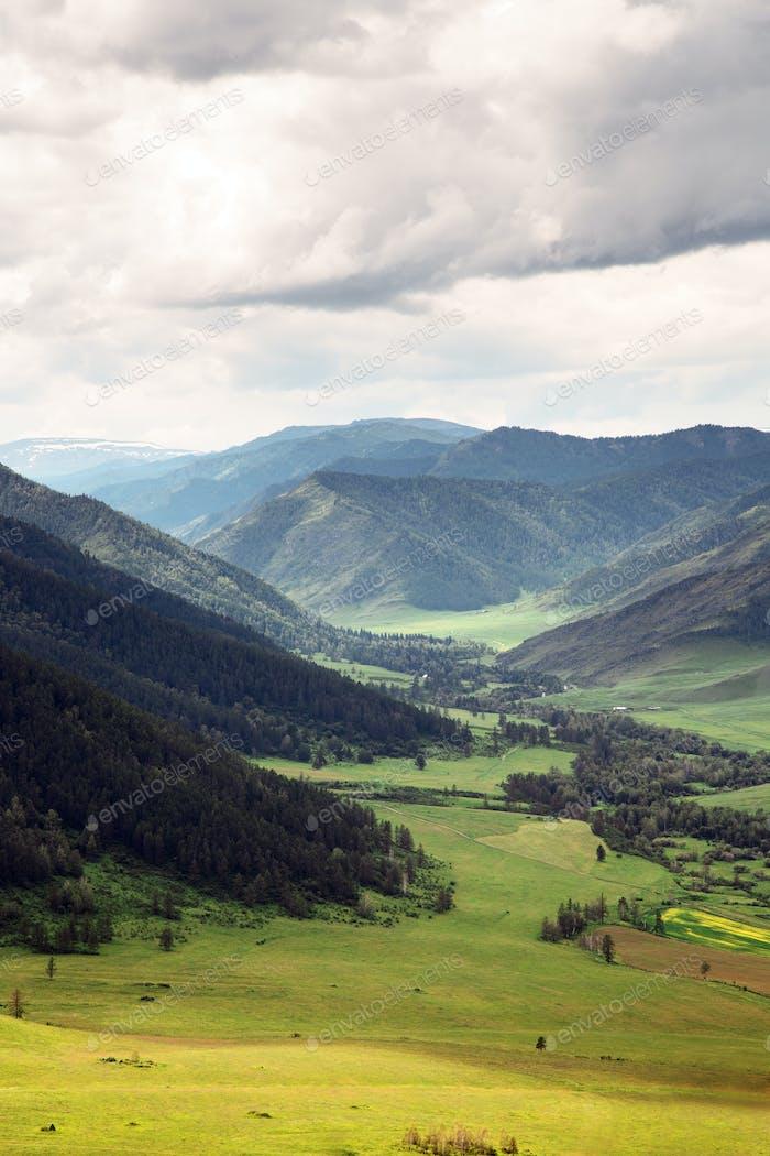 Schöne Landschaft. Berge und Grüne Tal