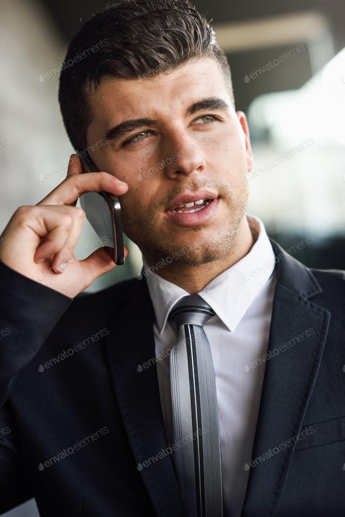 Joven Empresario en el teléfono en un edificio de oficinas