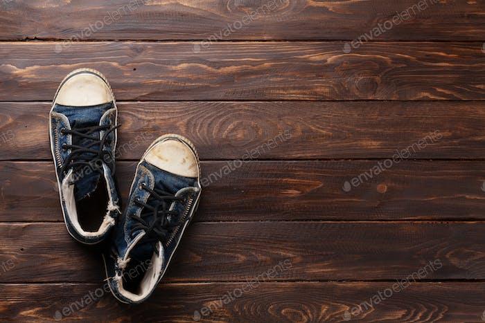 Sneakers auf hölzernem Hintergrund